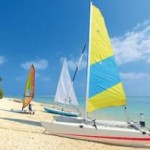 Last Minute Restplätze für die Malediven im Holiday Island Resort mit einer Aunahme von den Booten am Strand