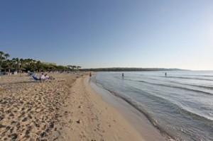 Lastminute Restplätze für den Lastminute Urlaub auf Mallorca - Sandstrand so weit das Auge reicht.