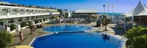 Last Minute Angebote für den Last Minute Urlaub auf Lanzarote im Relaxia Lanzaplaya am Pool im Hintergrund der Atlantik.