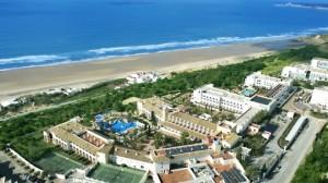 Lastminute Restplätze und weitere Lastminute Angebote für Lastminute Reisen nach Spanien an die Costa de la Luz in das Fuerte Conil das. Das Luftbild verschaft Überblick