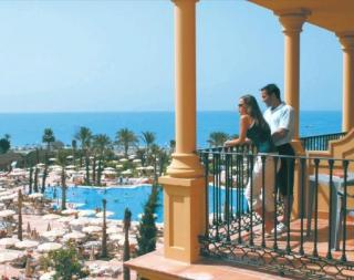 Last Minute Angebote fürt den Last Minute Urlaub in Spanien - Costa del Sol - Iberostar Malaga Playa - Aussenansicht mit Blick auf den Pool, den Strand und das Mittelmeer