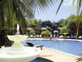 Last Minute Restplätze für den Last Minute Urlaub in Thailand - First Bungalow Beach Resort mit Blick auf den Pool und ein paar der Bungalows