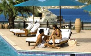 Last Minute Angebote und Last Minute Restplätze für die VAE - Hilton Ras el Khaimah Sonnendeck mit Blick auf den Persischsen Golf