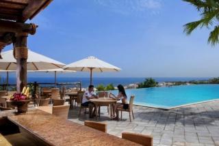 Last Minute Angebote für den Last Minute Urlaub in den VAE - The Cove Rotana Resort in Ras el Khaimah auf der Poolterasse