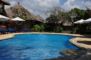 Last Minute Restplätze für den Last Minute Urlaub auf Bali im Matahari Termit mit Blick auf den Pool und die Bungalows
