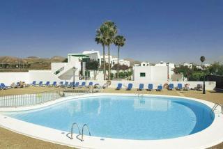 Last Minute Restplätze für Last Minute Reisen und den Last Minute Urlaub auf Lanzarote in der Bungalow- Anlage Hyde Park Lane mit Blick auf einen weiteren Pool