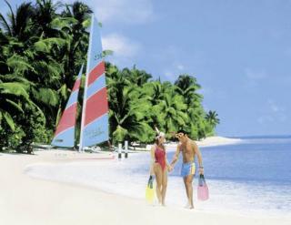 Last Minute Angebote für die Malediven im Holiday Island Resort mit einem Blick auf den Strand