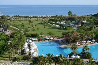Türkei - Barut Lara mit Blick auf einen Pool und den Strand
