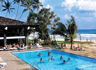 Sri Lanka-Kogala Beach & Club Koggala Village mit einem Blick auf Pool, Strand und Meer